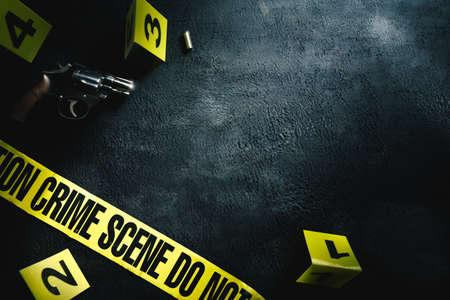 Koncepcja miejsca zbrodni z pistoletem i znacznikami dowodów, obraz o wysokim kontraście