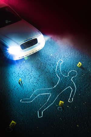 遺体の輪郭、証拠マーカー、劇的な照明付きのパトカーを持つ犯罪現場