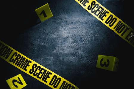 escena del crimen con iluminación dramática