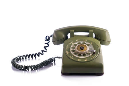 Téléphone vert vintage isolé sur blanc