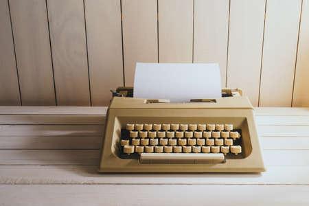Vintage typewriter machine on a wood desk 스톡 콘텐츠