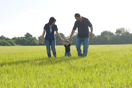 フィールドに 3 つの歩行の家族