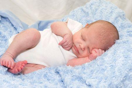 angeles bebe: Ni�o reci�n nacido durmiendo en una manta azul