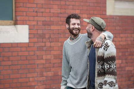 Homopaar arm in arm lopen in de straat