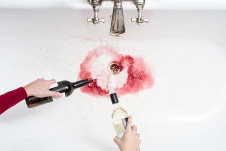カップル離れて注ぐアルコールをあきらめることの行為でワインの詳細
