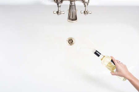 アルコールをあきらめることの行為でワインを垂れ流し女の詳細 写真素材