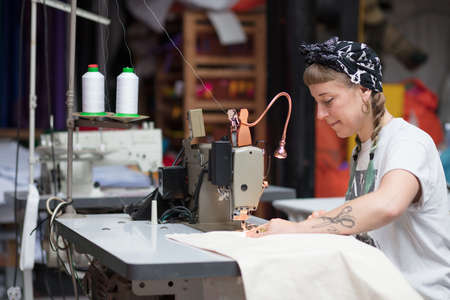 縫製工場環境で若い刺青女性の裁縫師 写真素材 - 67410288