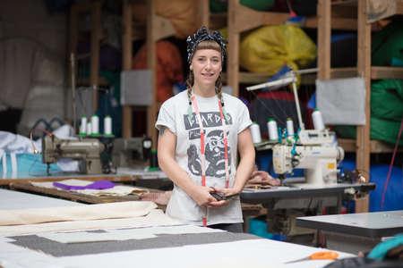 工場環境で若い入れ墨仕立て屋の肖像画 写真素材