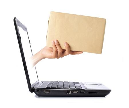 cartero: mano dando un cuadro de pantalla port�til Foto de archivo