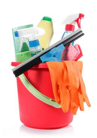 schoonmaakartikelen: een set van reinigingsmiddelen in rode emmer