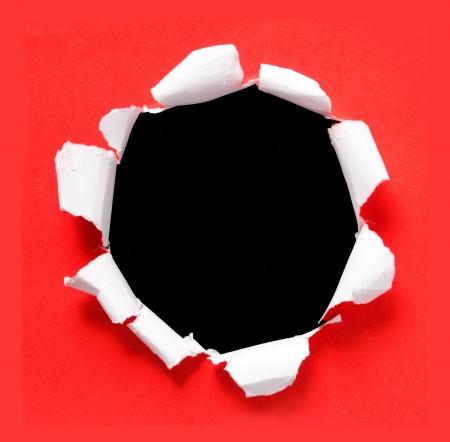 gescheurd papier: cirkel rood gescheurd papier met zwarte achtergrond Stockfoto