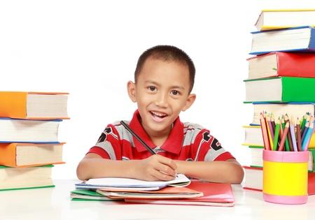 diligente: Retrato de niño sonriendo mientras estudiaba Foto de archivo