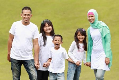 familia en jardin: Retrato de familia en el Parque de diversi�n Foto de archivo