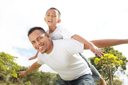 háton: Portré apa így fia háton lovagolni elleni ég Stock fotó