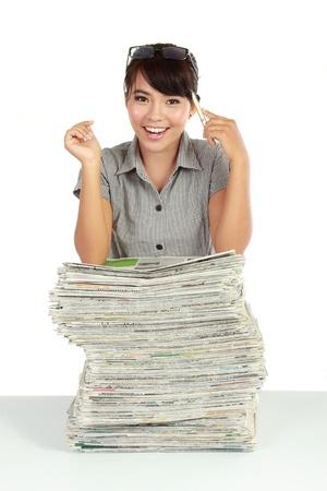 reportero: Retrato de una joven mujer de negocios atractivo y periódico aislado sobre fondo blanco Foto de archivo