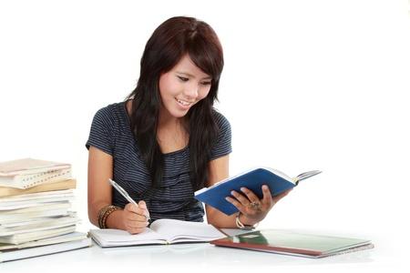 lectura y escritura: una mujer que escribe en un libro