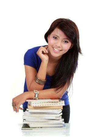 intellect: Giovane donna adulto asiatico con libri isolati su bianco