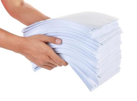 een stapel papier in zijn hand op een witte achtergrond