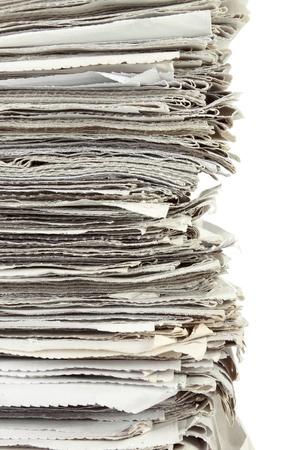 apilar: Pila de papel de periódico en el fondo blanco de cerca