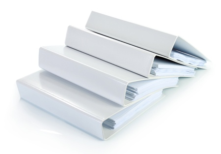 bindmiddel documenten in stapel op wit wordt geïsoleerd