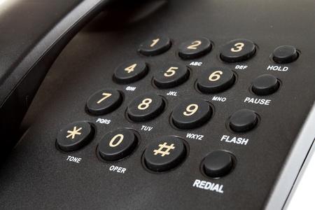 telephone: cerca del tel�fono de escritorio digital aislado en un fondo blanco Foto de archivo