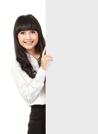 businesswoman suit: Negocios la celebraci�n de un tablero de presentaci�n en blanco en el fondo aislado