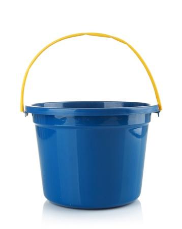 emmer water: lege blauwe kunststof huishoudelijke emmer op een witte achtergrond