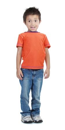 bambini pensierosi: ragazzo in piedi sul pavimento isolato su bianco