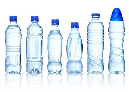kunststof fles: Het verzamelen van flessen water op witte achtergrond Stockfoto