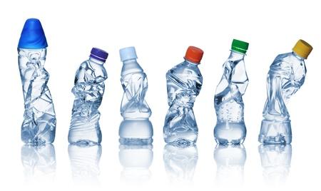 plastico pet: colección de botellas de plástico vacías utilizadas en el fondo blanco.