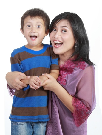 madre hijo: hijo peque�o abrazar a su madre joven y bonita en el aislado m�s de blanco