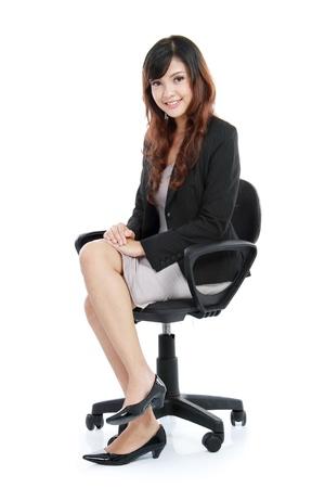 mujer sentada: Hermosa mujer joven sentada en una silla aislados sobre fondo blanco