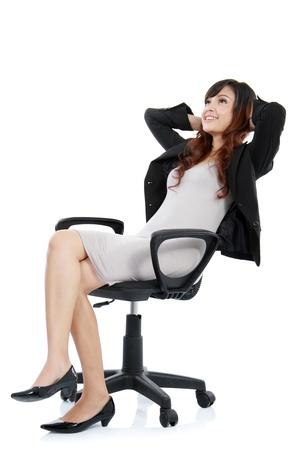 donna seduta sedia: felice eccitato giovane imprenditrice, relax in sedia da ufficio, isolato su bianco Archivio Fotografico