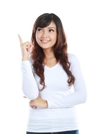 ragazza che indica: Donna, rivolta verso l'alto - isolato su sfondo bianco.