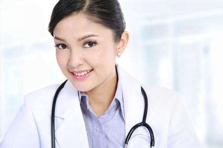 Potrait van lachende arts vrouw in het kantoor Stockfoto