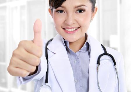buena salud: un retrato del doctor asi�tico mostrando gesto bien Foto de archivo