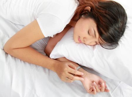 woman sleep: Vista superior de la imagen de una hermosa mujer joven durmiendo en la cama