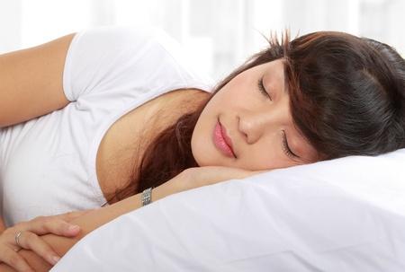 durmiendo: hermosa mujer joven durmiendo en la cama