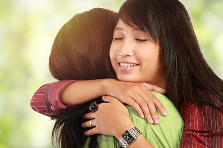 kadınlar: happy asian women hugging each other and smiling Stok Fotoğraf