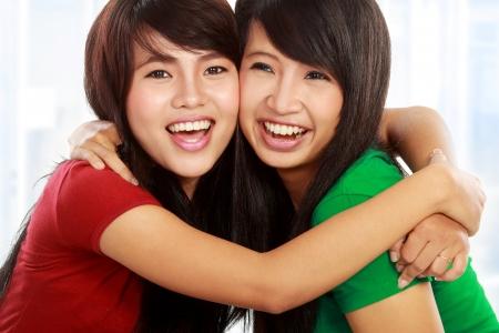 dentudo: Close up retrato de dos atractivas mejor amiga abraz�ndose