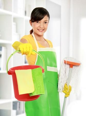 sirvienta: retrato de una mujer bella asi�tica con equipo de limpieza