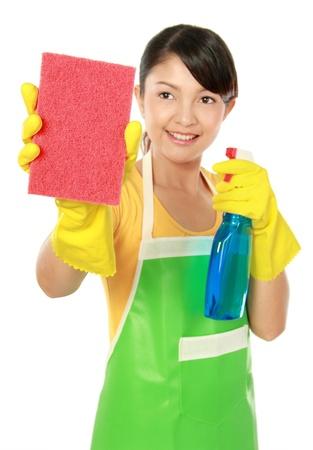 detersivi: Ritratto di giovane donna attraente la pulizia qualcosa di isolato su sfondo bianco