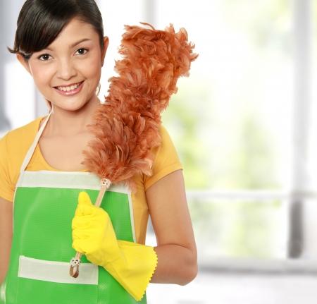 servicio domestico: Foto de mujer hermosa con la limpieza de barrido Foto de archivo