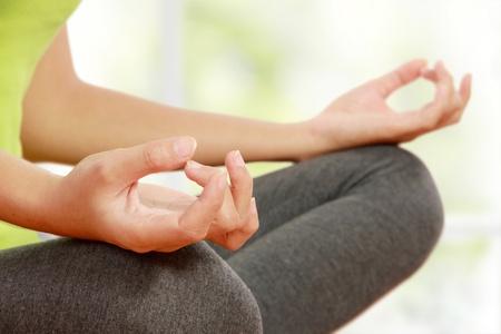 mujer meditando: Cerca de las manos de la mujer que hace la meditaci�n Foto de archivo