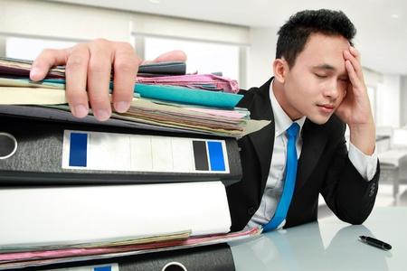 male headache: Retrato de hombre de negocios ocupado estresado en el trabajo Foto de archivo