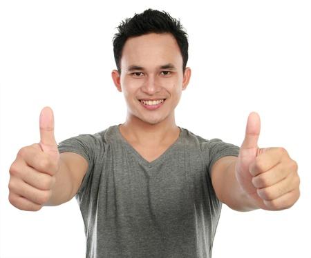 daumen hoch: junge asiatische Mann zeigt zwei Daumen nach oben unterzeichnen