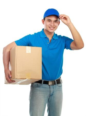 cartero: La entrega del hombre joven en uniforme azul con paquetes aislados en blanco