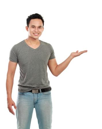 jeune homme présentant. copie espace pour votre texte