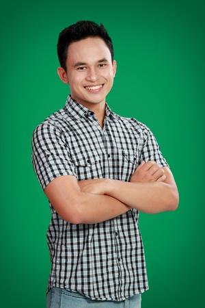 Asian male model: chân dung của hạnh phúc Asian nam mỉm cười với nền màu xanh lá cây Kho ảnh