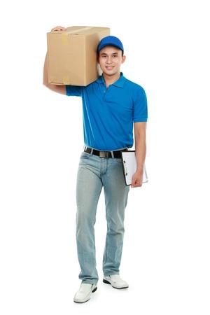 facteur: courrier de la marche uniforme bleu tout en transportant gros paquet